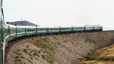 Grøn rejse. Som slow tourist i et tog oplever man et lands historie, kultur og landskab fare forbi. Og så er det godt for miljøet. Her den transsibiriske jernbane.