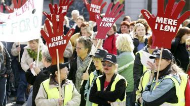 Lønkamp. Strejkende sosu-assistenter i Aalborg på gaden for mere i løn. Men kan lønnen løse det egentlige problem i den offentlige sektor: At sygeplejerskerne ikke har tid til at pleje de syge, at pædagogerne ikke har tid til børnene, og at hjemmeplejen ikke længere har tid til at tage sig af de ældre?