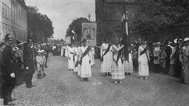 Ved grundlovsændringerne i 1915 indførtes kvindelig valgret til Rigsdagen. Billedet her er fra Kvindetoget i 1915 med Sif Obil i spidsen på vej til Amalienborg slotsplads
