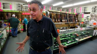 Barack Obama har fået kritik for i valgkampen at sige, at folk i Midtvesten tyer for meget til religion og skydevåben. Men han har ret. Her er mange våbenbutikker. Og i forstæderne til i Johnstown skyder våbenproducenterne op. Forsvarsindustrien er en aftager af den nu afdøde stålindustri og det trækker masser af business til byen.