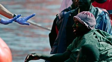 Afrikanske immigranter venter på at blive samlet op ved Los Cristianos på den kanariske ø Tenerife, efter at de er blevet opdaget af grænsevagter. Mere end 24.000 immigranter primært fra Afrika er i år blevet fanget under deres forsøg på at nå de kanariske øer