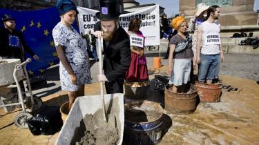 Mellemfolkeligt Samvirke (MS) demonstrerede i går foran Christiansborg, hvor politikerne inden for murene debatterede EU-s landbrugsstøtte, som ifølge MS cementerer global ulighed.