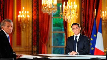 Frankrigs præsident, Nicolas Sarkozy, under sit første interview med fransk tv efter et år i præsidentjobbet. Han blev interviewet af Frankrigs legendariske Mr News, Patrick Poivre d'Arvor, i sit oppulente kontor i Elysée Palæet i Paris.
