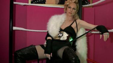 Madonna som hun kan ses i Madame Tussauds vokskabinet i London. I forbindelse med markedsføringen af hendes nyeste cd -Hard Candy- er figuren blevet renoveret med ny makeup, ny paryk, sort korset, bokserbælte og knælange støvler. Coverillustrationen til albummet, der ses bag Madonna, er lavet af vingummi.