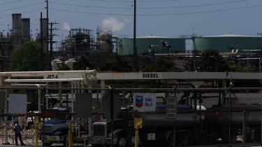 -Det bliver stadig tydeligere, at udsigterne for olieforsyningen peger på en periode med knaphed uden fortilfælde,- sagde Jeff Rubin, leder af den amerikanske investeringsbank CIBC forleden.