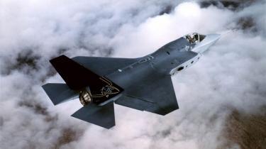 Mens danske politikere efterlyser bedre informationer om Joint Strike Fighter-kampflyet, fik Norge i går et konkret bud på flyets pris. Det skal vi også have i Danmark, lyder det fra SF