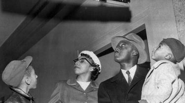 Sådan så der ud i race-adskillelsens USA i 1950-erne. Billedet stammer fra Oklahoma City i 1955. Den slags åbenlys diskrimination er det slut med, men race har stadig stor betydning- vi tør bare ikke tale om det. Det mener den amerikanske litteraturprofessor David L. Eng, som forleden gæsteforelæste på Københavns Universitet.
