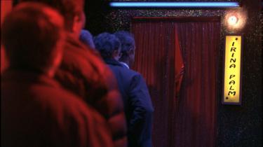Pikspiller. Irina Palm bliver hurtigt et tilløbsstykke i Soho på grund af sine bløde hænder.