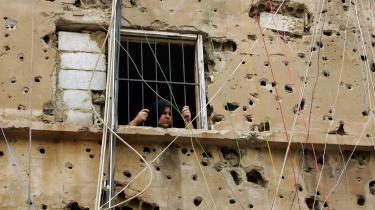 En palæstinensisk kvinde i flygtningelejren og kvarteret Burj al Barajneh i Beirut. Ligesom resten af beboerne i Libanons hovedstad venter hun på, om fremtiden vil bringe uro eller fred - og på om det vil lykkedes libaneserne at få en præsident efter 18 forgæves forsøg.