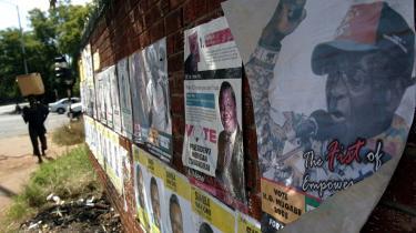 Valgplakater med portrætterne af Zimbabwes præsident Robert Mugabe (th.) og udfordreren Morgan Tsvangirai (tv.). Efter over en måneds optælling kunne medlemmer fra Zimbabwes valgkommission i går oplyse, at oppositionslederen Morgan Tsvangirai officielt vandt med 47,9 procent af stemmerne mod Robert Mugabes 43,2 procent. Det betyder, at de to skal ud i en 2. valgrunde, idet ingen af kandidaterne fik de nødvendige 50 procent af stemmerne der skal til for at blive valgt.