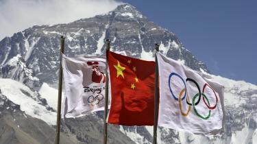 Helt derop på verdens top skal den olympiske ild. Af frygt for protester på faklens vej mod toppen, har Kina sørget for at alle kommercielle ekspeditioner - både fra Kina og Nepal - er indstillet.