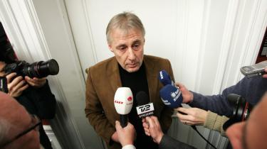 Socialdemokraternes integrationsordfører, Henrik Dam Kristensen, mener nu alligevel ikke, at det skal være forbudt for alle offentligt ansatte at bære tørklæde. Det skal kun være de ansatte, der -udøver direkte magt-, siger han.