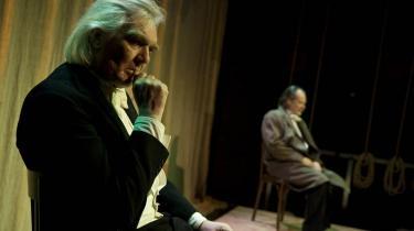 To mænd, to stole - og en masse ord om ensomhed i en stillestående forestilling, der pludselig overrasker hen mod slutningen og bliver et intenst møde mellem to nørdebrødre. Her Bo Stendell Larsen og Ole Sørensen i -Samlerne-.