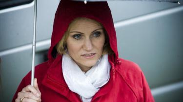 Socialdemokraternes leder Helle Thorning-Schmidt og den øvrige partitop skal ikke blande sig i, hvorvidt de offentligt ansatte må bære tørklæde eller ej, mener flere S-borgmestre.