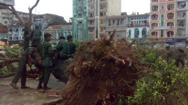 Militæret har været et sjældent syn i nødhjælpen på Rangons gader, efter at en cyklon har ramt Myanmar - til stor utilfredshed for landets befolknin g.