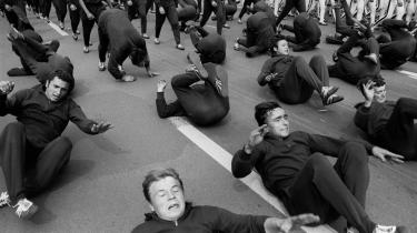 Det var en ubekvem tid, -ein unbequemer Zeit-, som titlen på fotografen Ruetz- fotokatalog til udstillingen -Kunst und Revolte- lyder. Her slår østberlinere kolbøtter på Karl Marx Alle.