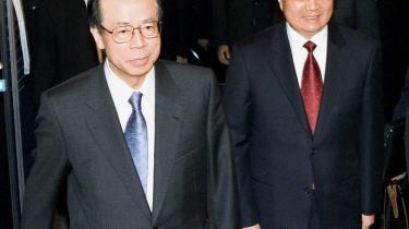 Kinas præsident Hu Jintao (t.h.) er på officielt besøg hos Japans premierminister Yasuo Fukuda. De to statsledere skal diskutere økonomisk samarbejde, men gamle stridigheder mellem Kina og Japan, der går helt tilbage til Anden Verdenskrig, truer med at kaste grus i maskineriet.