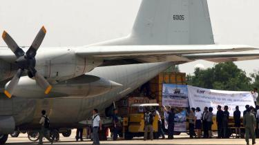 Militærjuntaen i Myanmar har givet grønt lys for nødhjælpsfly fra FN. Nødhjælpsarbejdere venter dog fortsat på visa til det katastroferamte land
