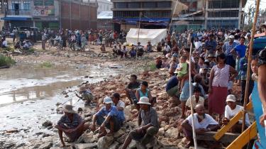Omkring 5.000 kvadratkilometer står fortsat under vand i Myanmars Irrawaddy-delta, og flere end en million mennesker menes at være blevet gjort hjemløse af cyklonen. Men det kniber med at få nødhælpen frem til ofrene.