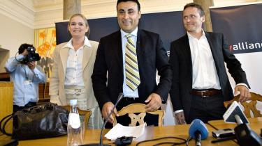 Med Ny Alliance - Gitte Seeberg, Naser Khader og Anders Samuelsen - skulle der endelig ske noget i dansk politik, lød det i maj 2007. Præcis et år senere, på partiets et-års fødselsdag, erklærede mange medier Ny Alliance for dødsdømt på grund af dårlig ledelse og turbulent flugt af både en partistifter og folketingsmedlemmer.