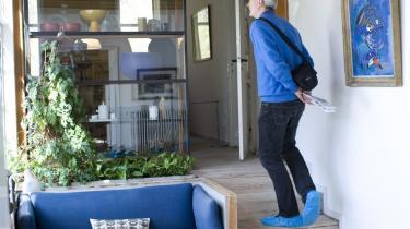 På museum. Finn Juhls møbler og funktionelle omgivelser er kommet på museum. Publikum får blå plasticgalocher på fødderne når de træder ind i mindstuerne. Men tag ikke fejl! - villaen er et velgennemarbejdet forbillede for en syndflod af langt dårligere typehuse uden Juhls rumlige variation og udnyttelse af den høje kælders forskydning.