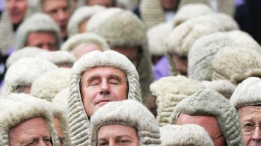 Hvorfor ikke gå hele vejen: Lad os få totalitært sindelagsrene dommere renset for symboler og gerne i uniform, som Pia Kjærsgaard foreslår. F.eks som de britiske dommere med 1700-tals pudret paryk på hovedet og kapper, der dækker hele kroppen - altså en burka uden hætte.