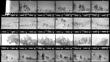 Disse kontaktkopier af Robert Capas negativer viser slaget ved Rio Segre nær Fraga i Aragonien i det nordøstlige Spanien den 7. november 1938. Samlingen af de hidtil ukendte 120 ruller film tilhører nu International Center of Photography i New York, der blev grundlagt af Capas bror, Cornell. De giver et hidtil uset billede af Den Spanske borgerkrigs brutale slutfase.