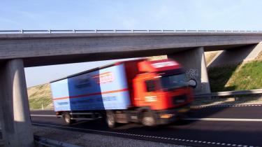 I dag må lastbiler være 18 meter lange og veje op til 48 ton. Men til november bliver såkaldte modulvogntog, lovlige på udvalgte strækninger, og de må være 25 meter lange og veje op til 60 ton