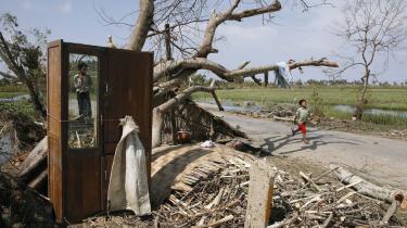 Mens flere millioner myanmarere står uden tag over hovedet og mangler mad og rent vand, har landets militærstyre beslaglagt den nødhjælp, som FN allerede har fløjet ind. Det har fået FN til at opgive at etablere en luftbro til Myanmar.