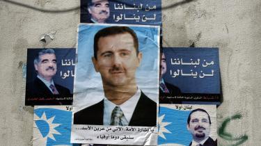 En plakat med et billede af Syriens præsident, Bashar al-Assad, er blevet klæbet oven på plakater med den tidligere libanesiske premierminister Rafiq Hariri (t.v.) og hans søn, Saad al-Hariri, i den vestlige del af Beirut, hvor den syrisk- og iranskstøttede Hizbollah-milits nu har taget magten.