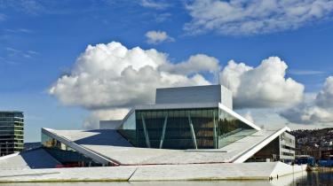 Operahus, sneskulptur eller glaslegeplads? Den nye opera i Oslo lokker dig til sig som trolden i bjerget. Der går mange timer, før du kommer ud igen. Og så er du ikke helt den samme