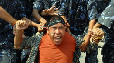 Vi har set tv-billeder, hvor politifolk tæver løs på tibetanske munke, men vi får ikke et ord at vide om, at disse billeder er fra Nepal og ikke Tibet