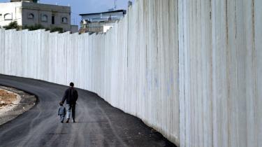 Muren er ikke bare en struktur af beton og pigtråd. Den er et ideologisk udsagn, en hensigtserklæring, en mental realitet.