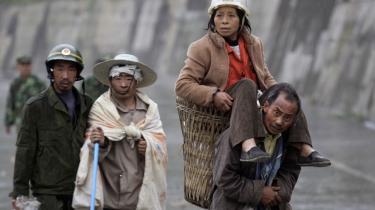 De kinesiske myndigheder har vist både handlekraft og åbenhed omkring det seneste jordskælv - til forskel fra tidligere katastrofer. Et af beviserne for den ny stil, er, at myndighederne i går sagde, at alene i byen Mianyang ligger 18.645 begravet under murbrokker. Her ses lokale sårede indbyggere i byen. Op mod 12.000 er bekræftet døde.