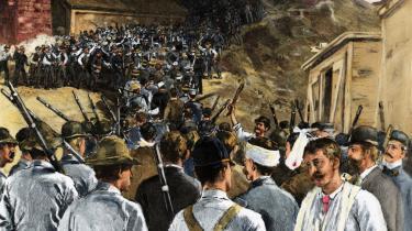 Pinkerton-s National Detective Agencys såkaldte Pinkterton-mænd var barske mænd bevæbnet med køller, totenschlægere og knojern, som amerikanske virksomheder kunne leje til at holde fagforeninger ude fra fabrikkerne i slutningen af 1800-tallet. Her ses de (forrest) bekæmpe stålarbejdere under en blodig strejke på et stålværk i Homestead, Pennsylvania i 1892.