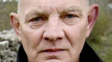 Den svenske dramatiker Lars Norén har lagt sig ud med hele det svenske kulturparnas, som får perfide, sårende kommentarer i hans seneste selvbiografiske bog.