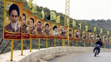 Iran-s tidligere åndelige leader Ayatollah Ruhollah Khomeini pryder vejene i det sydlige Libanon flankeret af flere af Hizbollahs martyrer.