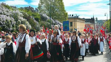 Procession. I dag vil nordmændene hylde nationens fødsel med folkedragter og festtaler. Emnet for mange af de sidstnævnte vil blive de indvandrede og derfor hjembygdløse nye normænd, som henvises til deres hjemlands eksotiske national-dragter, blot de husker at vifte med det norske flag.