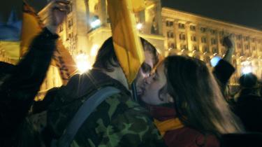 Glade tilhængere af Viktor Jusjtjenko efter, at han vandt valget i Ukraine i 2004. Ifølge den russiske PR-maskine er der dog ikke meget at råbe hurra for, og en alvorlig optrapning af konflikten de to lande imellem er forventelig