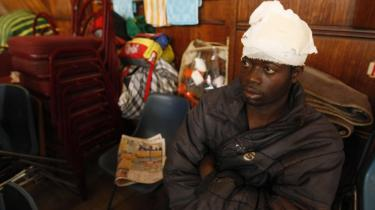 Et af ofrene for den fremmedfjendske voldsbølge i Sydafrika søger ly i Germiston Town Hall nær Johannesburg. Sydafrikas politi satte i går ind med gummikugler for at stoppe volden, som ind til nu har krævet mindst 24 dødsofre.