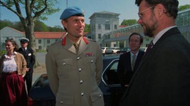 Den tidligere højtstående Nato- og FN-officer på Balkan eks.-general Michael Rose er blandt de eks.-generaler, der nu tager afstand fra mod anvendelsen af klyngebomber. Her ses han sammen med tidligere forsvarsminister Hans Hækkerup.