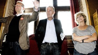 SF-s børne og ungdomsborgmester Bo Asmus Kjeldgaard rækker glad armene i vejret, efter at han netop er blevet genvalgt som leder af SF i København. Han fik 52,5 procent af de i alt 1.398 medlemmer, der stemte, og vil være spidskandidat ved næste kommunalvalg. Med nederlaget er Anne Baastrup samtidig på vej ud af danske politik