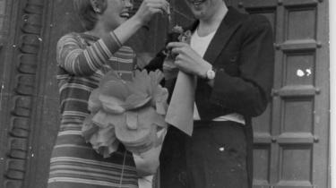 Forfatteren Mads Brenøes forældre blev gift i bare tæer og til syrerock. Men han har svært ved at forbinde sine forældre med andet end en meget, meget pæn version af hippierne. At han blev punker er heller ikke så meget en reaktion på '68, mener han