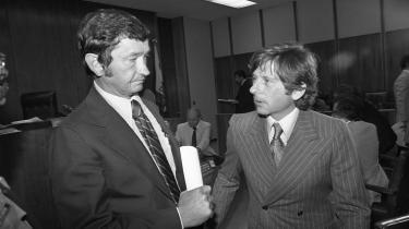 I 1977 blev den polskfødte filminstruktør Roman Polanski dømt for ulovlig seksuel omgang med en mindreårig. Han flygtede fra USA og har ikke siden kunnet rejse tilbage. Det kan en ny dokumentarfilm, der fortæller om en unfair retssag og en medieliderlig dommer, måske være med til at lave om på