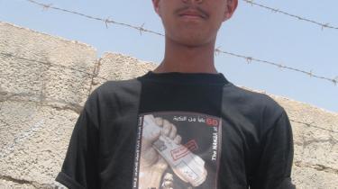 Flere palæstinensere går rundt med en sort t-shirt med påskriften: -Vores land er ikke til salg.- 1948 står der på ryggen af den med et blodrødt ottetal.