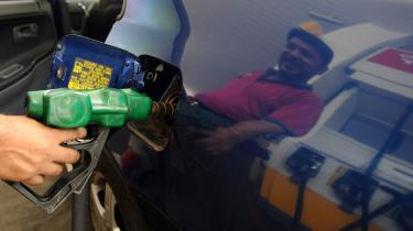 Med udsigten til 200 dollar for en tønde olie kan olielande, olieselskaber og producenter af alternativ energiteknologi imødese store profitter, mens flyselskaber, transportselskaber, olieimporterende u-lande og almindelige forbrugere presses på pengepungen