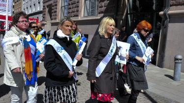 Opbakning. Aktionerende svenske sygeplejersker var i går på politikerbesøg i Stockholm, her har de netop aflagt statsministeren et besøg. Formålet med besøgene var blandt andet at aflevere 190.00 undserskrifter med støtte til kravet om ligeløn.