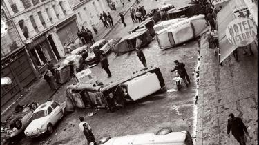 Billedet er fra 11. maj 1968 og viser biler, som blev vælter i det parisiske latinerkvarter under sammenstød mellem studenter og politi. De eksplosive omvæltninger i Paris var i sidste instans et resultat af den strukturelle ubalance, der opstår, når en dominansform gradvis fortrænges af en anden: En overgang fra herrens diskurs til universitets diskurs