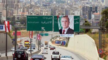 Libanons hærchef, Michel Suleiman (på plakaten) blev i går landets præsident efter syv måneder uden en.