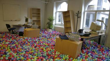 I disse dage går afgangseleverne fra Det Kongelige Danske Kunstakademi og overvejer, hvordan deres kunstneriske levevej skal finansieres, alt imens galleriejere, museer og private fonde er på jagt efter de nye talenter